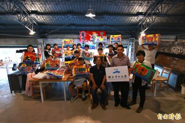 龜崎昌大(前排右3)指導製作大漁旗。(記者黃旭磊攝)