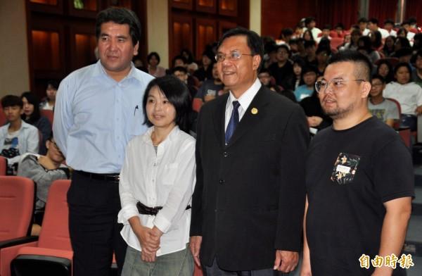 建國科技大學邀請淺田香織(左2)向學生傳授畫漫畫技巧。(記者張聰秋攝)