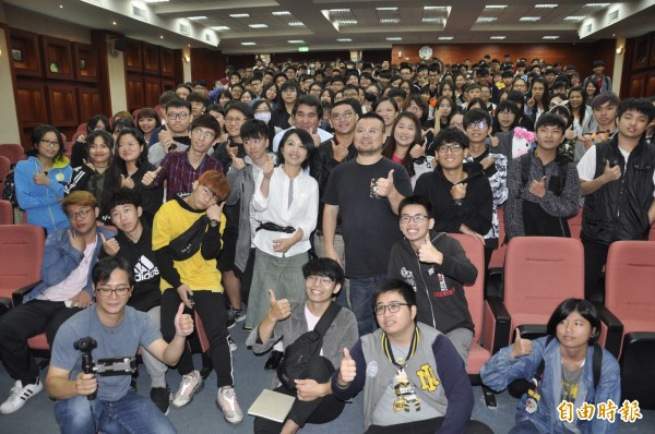 淺井香織與300多位學生合影。(記者張聰秋攝)