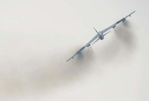 美國太平洋空軍近期內派出2架B-52轟炸機,飛近中國南海島嶼。(歐新社)