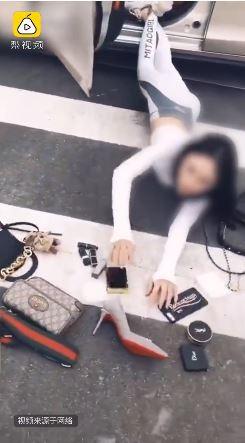 中國的陳姓抖音女主播日前上傳自己的炫富摔影片,身旁散落一地的化妝品、高跟鞋,該篇貼文吸引5萬多人點擊、上千則評論。(圖片擷取自梨視頻)
