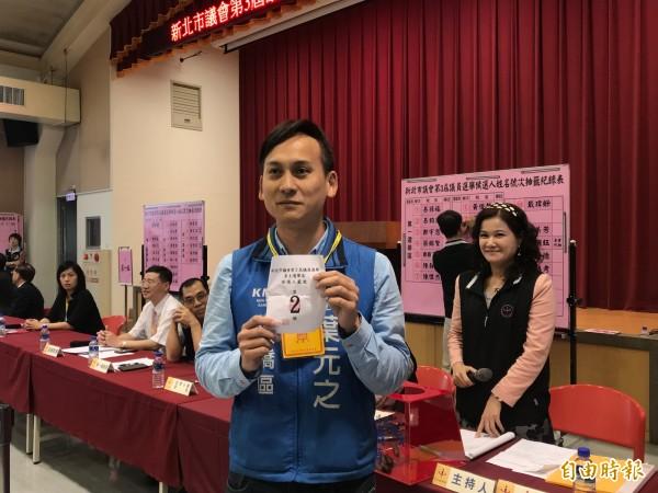 國民黨候選人葉元之開心比出原汁原味「YA」手勢,表示抽到跟侯友宜一樣的二號。(記者陳心瑜攝)