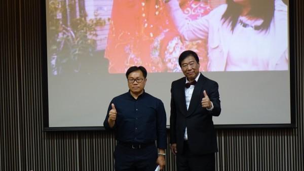 台江歌手吳木(右)由文化局專門委員(左)陪同宣傳,將發行第3張個人專輯「故鄉台江」。(記者洪瑞琴翻攝)