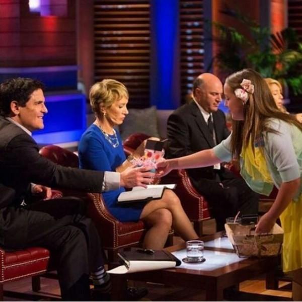 Alina Morse被邀請上美國電視節目「創智贏家」時,給節目主持人及來賓發送自己開發的糖果。(圖擷取自@zollicandy ig)