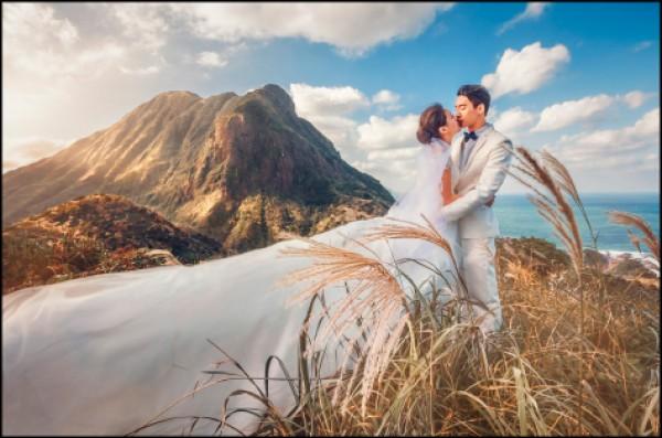 在金瓜石拍攝帶有芒草的浪漫美景,同時能拍到山與海也是一大特色。(圖片提供/婚攝英聖)