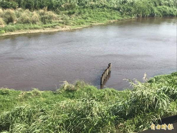 新竹縣鳳山溪在竹北白地段發生污染事件,縣府環保局已經啟動追查。(記者黃美珠攝)