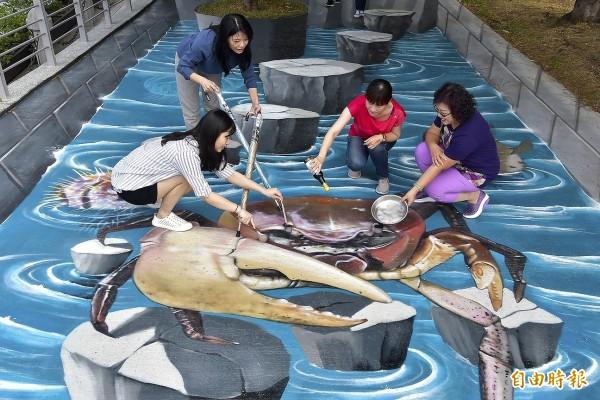 凶狠圓軸蟹出現在高雄愛河畔,吸引民眾拍照打卡。(記者葛祐豪攝)