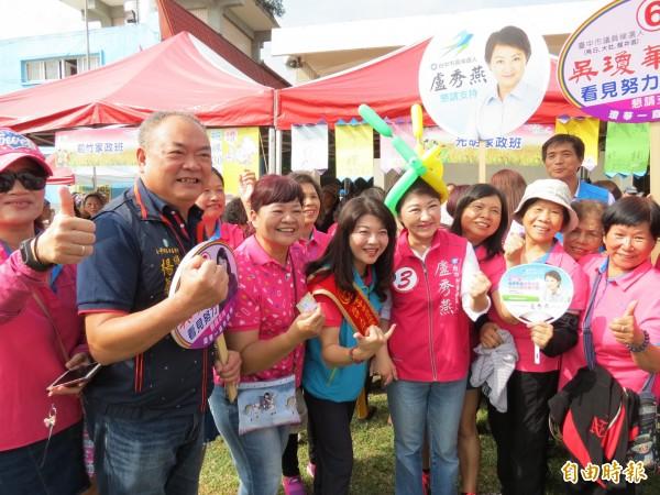 盧秀燕(右四)與吳瓊華(右五)兩位烏日媳婦參加烏日農會活動,受到婆婆媽媽歡迎。(記者蘇金鳳攝)