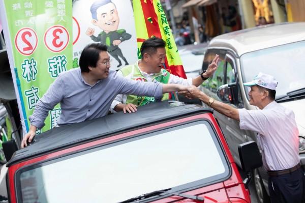 民進黨基隆市長候選人林右昌今天下午與民進黨議員候選人游祥耀聯合掃街,受到支持者的歡迎。(記者俞肇福翻攝)