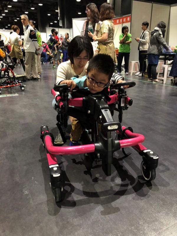 特殊需求小朋友體驗多功能步態訓練機,可以訓練行走能力。(第一社福提供)