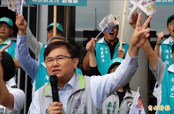 民進黨台東縣長候選人劉櫂豪抽中二號,比出勝利手勢。(記者黃明堂攝)