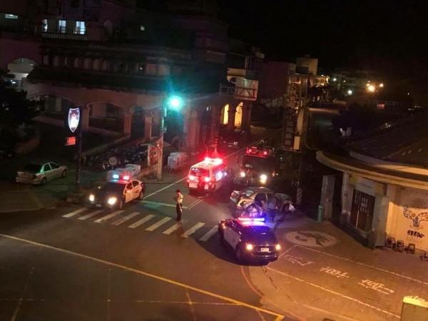 醉客在警局前自撞車站落網。(記者蔡宗憲翻攝)
