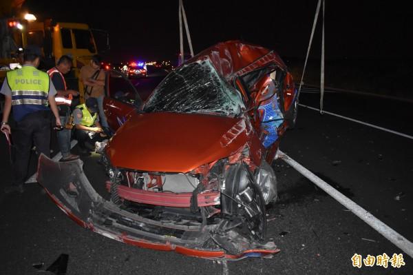 曾男的車子被連續追撞,毀損嚴重,太太和女兒命喪國道。(記者楊金城攝)