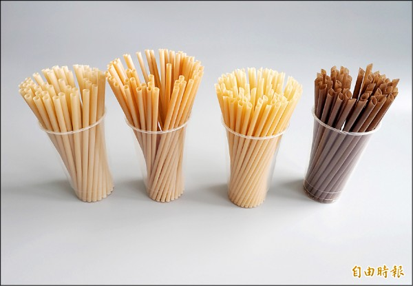 獲法國發明展金牌獎的甘蔗渣吸管(左1、2)已有兄弟檔,包括咖啡渣吸管(右1)和竹子吸管(右2)。 (記者陳鳳麗攝)