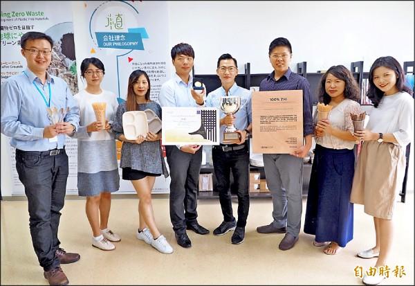 黃千鐘團隊展示剛收到的法國發明展金牌和主席特別獎獎盃。(記者陳鳳麗攝)