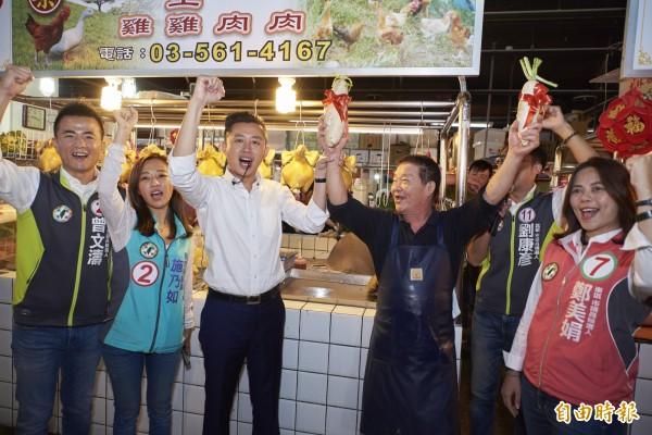 林智堅率議員團掃街竹蓮市場,獲得極大迴響。(記者蔡彰盛攝)