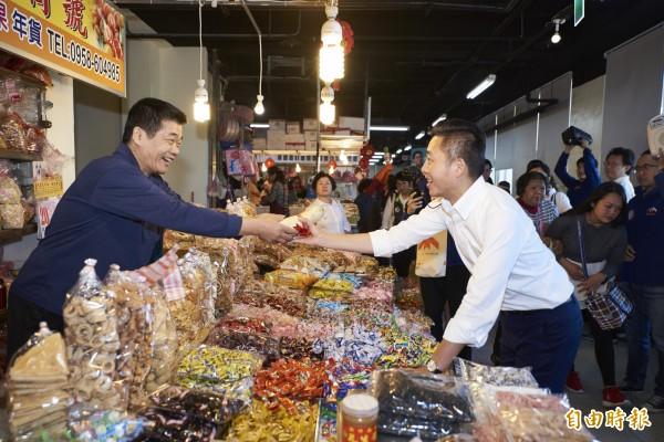 林智堅率議員團掃街竹蓮市場,獲得攤商熱情迴響。(記者蔡彰盛攝)