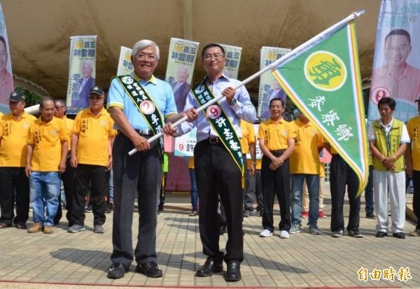李進勇(左)與許志豪(右)成立聯合競選總部。(記者林國賢攝)