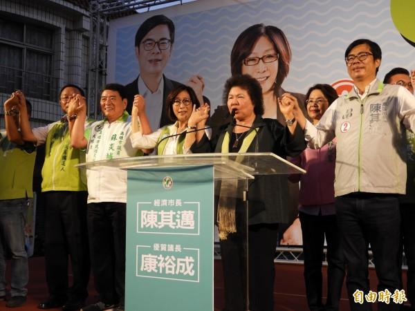 總統府秘書長陳菊(右二)得知普悠瑪重大車禍,立刻停止助選北返。(記者葛祐豪攝)