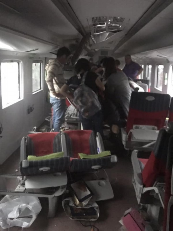 6432次出軌列車上的乘客拍下出軌後車內滿目瘡痍景象。(台東臉書災害通報提供)