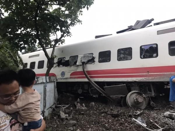 出軌列車損毀嚴重。(台東臉書災害通報提供)