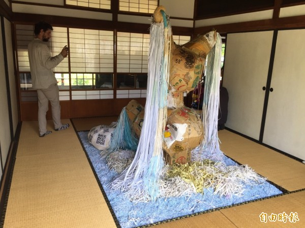 洋人藝術家尼可拉斯・馬格納特的作品正在虎尾涌翠閣展出。(記者廖淑玲攝)