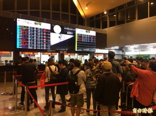 花蓮火車站加強播音宣導,強調北上列車發車後,旅客將搭乘火車至蘇澳新站後轉乘接駁車到冬山站,再搭乘火車前往台北。  (記者王峻祺攝)