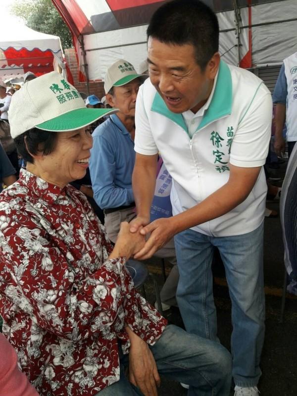 無黨籍苗栗縣長候選人徐定禎受支持者熱烈歡迎。(記者鄭名翔翻攝)
