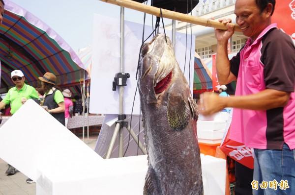 新龍社區拍賣大魚。(記者陳彥廷攝)