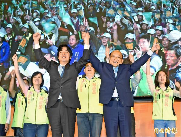 新北市長候選人蘇貞昌昨在板橋舉行造勢晚會,行政院長賴清德出席站台,手牽手高喊「凍蒜」。(記者方賓照攝)