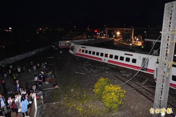 普悠瑪號在宜蘭出軌翻覆,台鐵東部幹線中斷,台鐵已經啟動公路接駁。(記者張議晨攝)