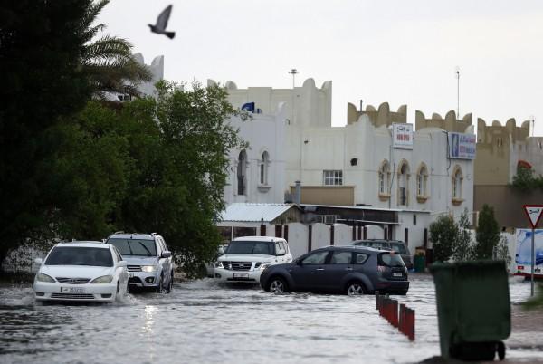 昨日卡達首都杜哈(Doha)一天下完了一整年份的雨量,造成大範圍淹水,房子、車子與商店都泡在水中。(法新社)