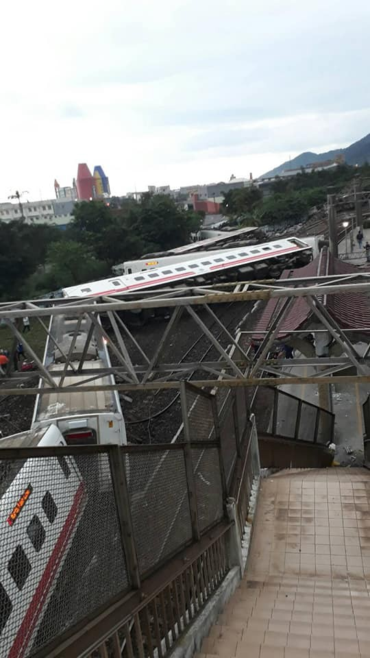 台鐵普悠瑪6432次列車今天下午在宜蘭蘇澳新馬車站發生出軌意外。(圖擷取自臉書社團「宜蘭知識+」)