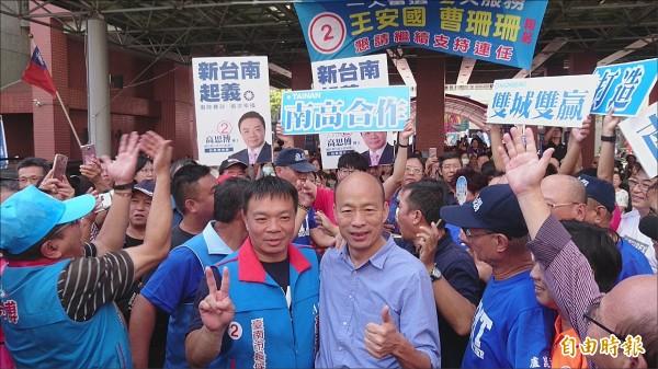 高雄市長候選人韓國瑜到台南站台,受到支持民眾包圍。(記者劉婉君攝)