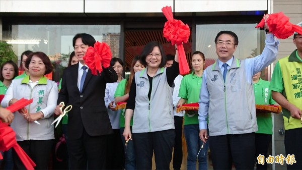 總統蔡英文與行政院長賴清德一起為台南市長候選人黃偉哲的台南市願景館剪綵。(記者劉婉君攝)