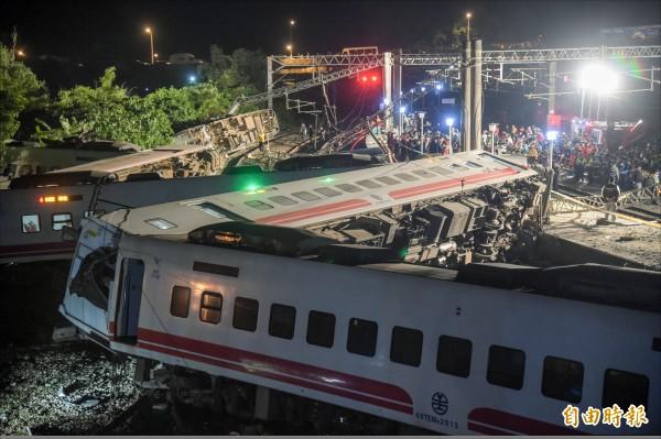 台鐵普悠瑪號列車21日傍晚在新馬車站出軌翻覆。(記者黃耀徵攝)