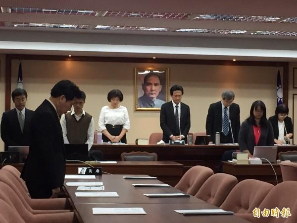 召委林俊憲首先表達深切哀悼,全場默哀1分鐘。(記者陳宜加攝)