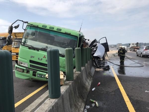砂石車與小客車追撞。(記者鄭名翔翻攝)