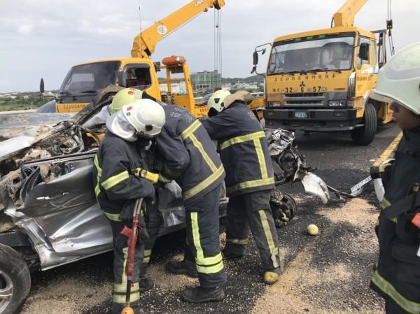 小客車副駕駛座的陳姓婦人傷重當場死亡。(記者鄭名翔翻攝)