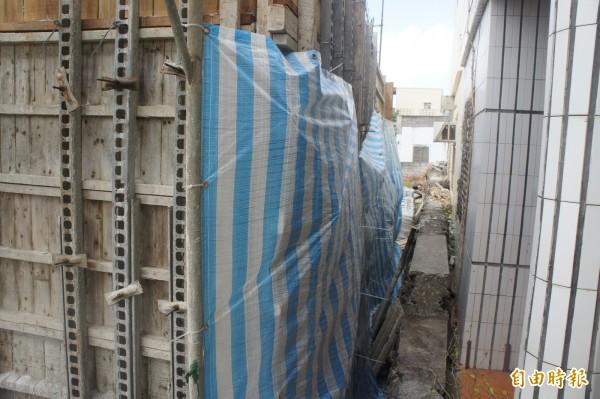 新建住宅工程與民宅距離過近,引發原住戶疑慮。(記者劉禹慶攝)