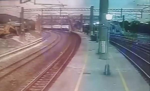 台鐵6432次普悠瑪號列車在新馬站出軌翻覆,造成重大傷亡,列車出軌前最後畫面曝光。(圖擷取自影片)