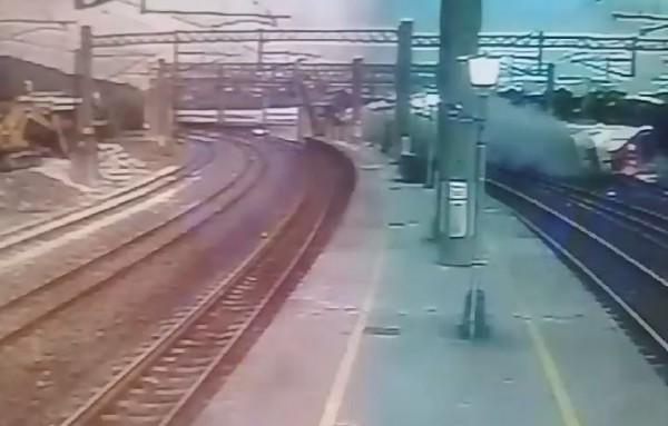 只見列車在進站前一刻出軌,列車猛烈撞擊月台,畫面驚悚。(圖擷取自影片)