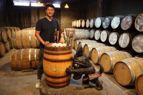 旅美大聯盟球星王建民到南投信義鄉旅遊,並應農會之邀前往酒窖參觀,還在橡木桶上簽名。(信義鄉農會提供)