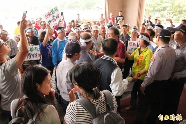 新竹縣今天下午有100多名鄉親到縣府前氣憤抗議地價稅暴漲。(記者黃美珠攝)
