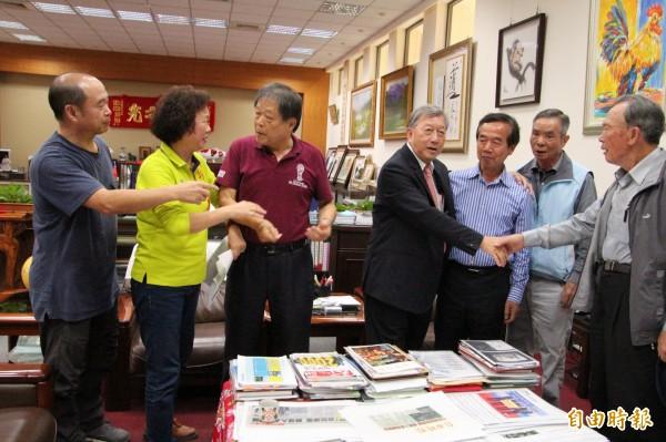 經過20分鐘的協調,終於皆大歡喜,原本面色凝重的新竹縣長邱鏡淳(中)露出笑容,逐一跟地主代表、議員們握手致意。(記者黃美珠攝)