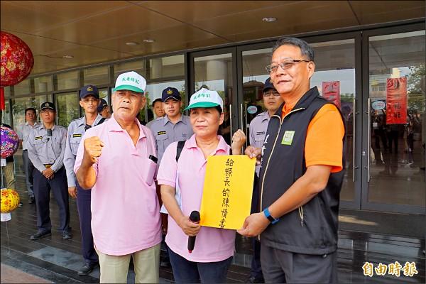雲林縣政府農業處副處長陳炳坊(右)接下口湖抗議民眾的陳情書。(記者詹士弘攝)