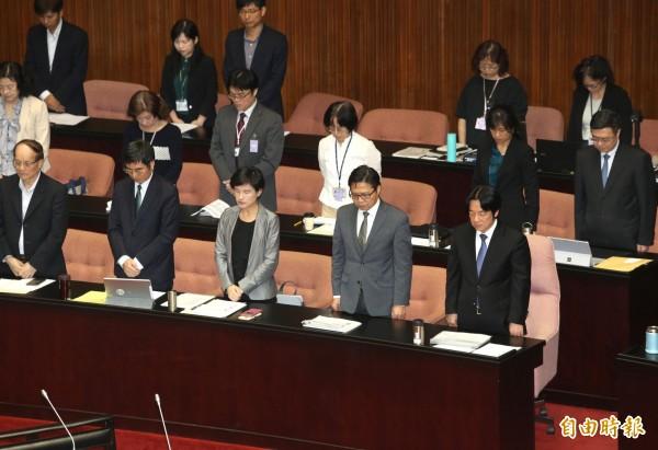 立法院院會,行政院長賴清德(圖右下)與閣員們,一同向普悠瑪罹難者默哀。(記者王藝菘攝)