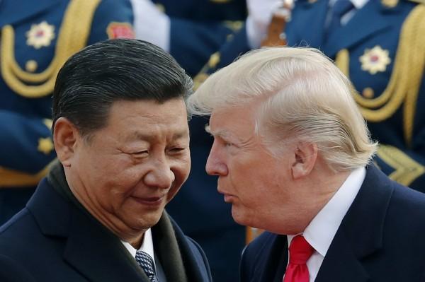 習近平(左)在美中貿易戰背景下,相隔6年再次到中國廣東考察,引起各界議論。圖右為美國總統川普。(美聯社)