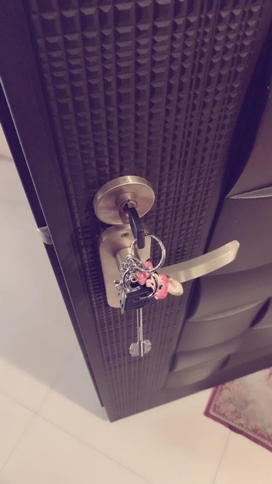 原PO日前要出門時找不到鑰匙,最後媽媽在門口發現,原PO也被媽媽訓了一頓,原PO開玩笑地說,「嘖嘖~都是鑰匙的錯!」(圖擷取自臉書社團「爆怨公社」)