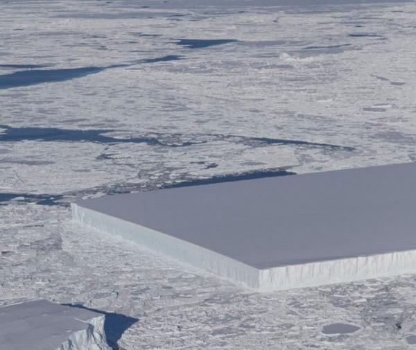 南極拉森冰棚區域,赫然出現一座矩形的巨大冰山。(圖擷自NASA ICE推特)
